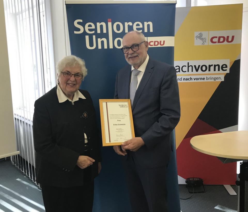 Rainer Hajek überreicht die Urkunde an Erika Schmelzle