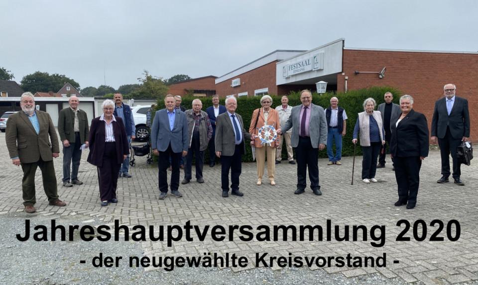 Der neue Kreisvorstand mit Rainer Hajek (rechts) und Heiko Schmelzle (8. von links) mit Corona-Abstand